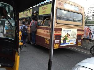 こちらはバス。人が溢れています。