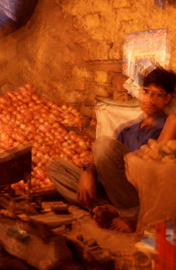 路上の野菜売りのおにいさん