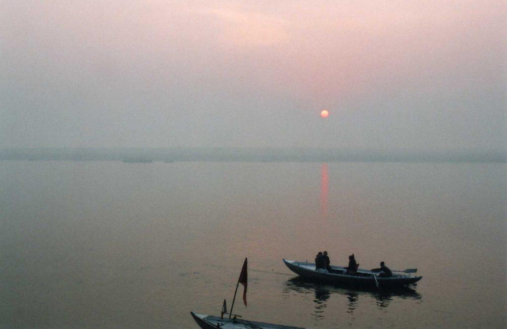バナーラスの朝のガンジス河