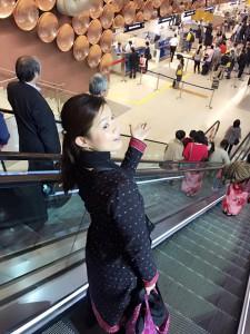 デリー国際空港に着いて入国審査に向かうエスカレーター。