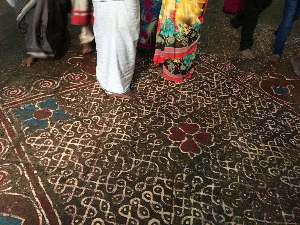 ふと下を見ると床にも装飾が施されていました
