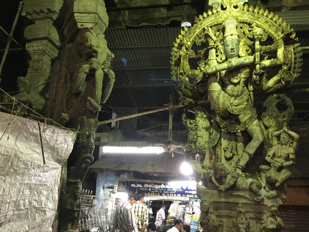 ナタラージャ(踊るシヴァ神像)の奥にお店が普通に営業している