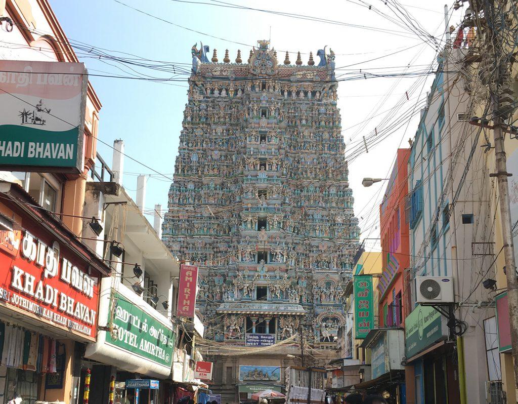 商店の連なる先に見えてきた西門。「ゴプラム」と呼ばれる塔が特徴的な南インドの寺院です