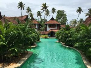 コテージから直接プールに入れるという非日常ぶり。インド国内および湾岸諸国からの新婚カップルだらけ。